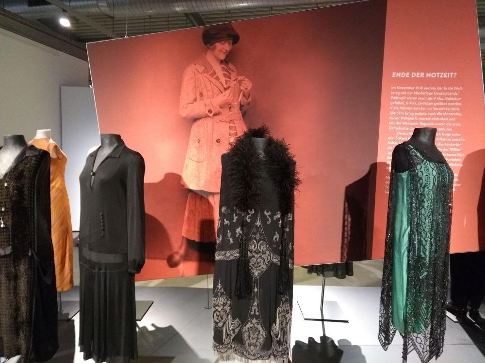 In den 20er Jahren verändert sich die Mode stark.