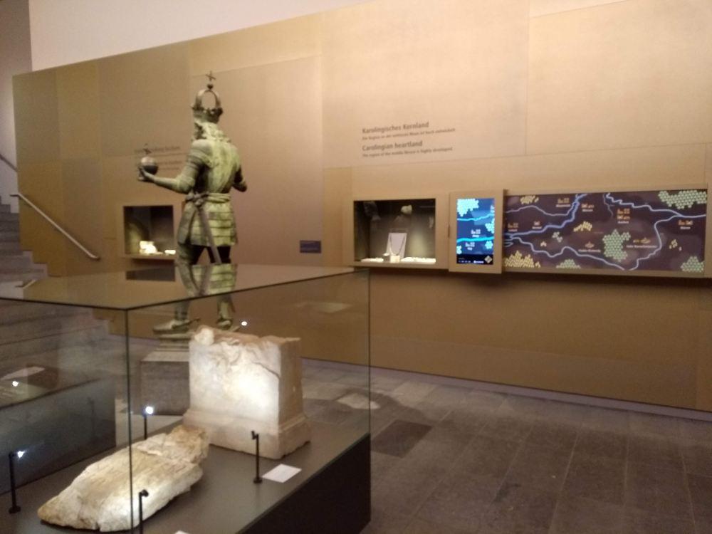 Die Ausstellung arbeitet mit Objekten und interaktiven Elementen.