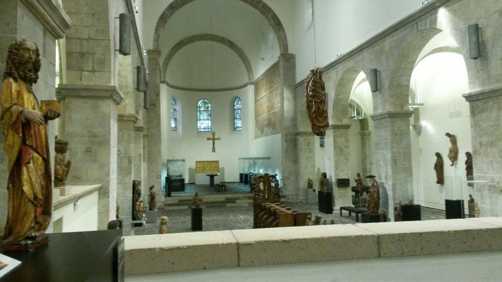 Die Ausstellung ist in einer romanischen Kirche untergebracht.