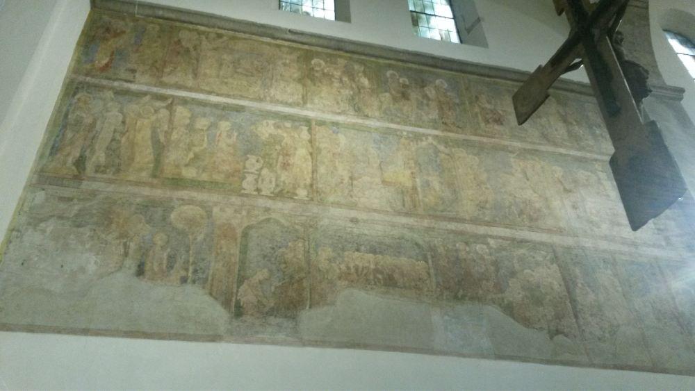 In der Kirche sind alte Wandmalereien erhalten.