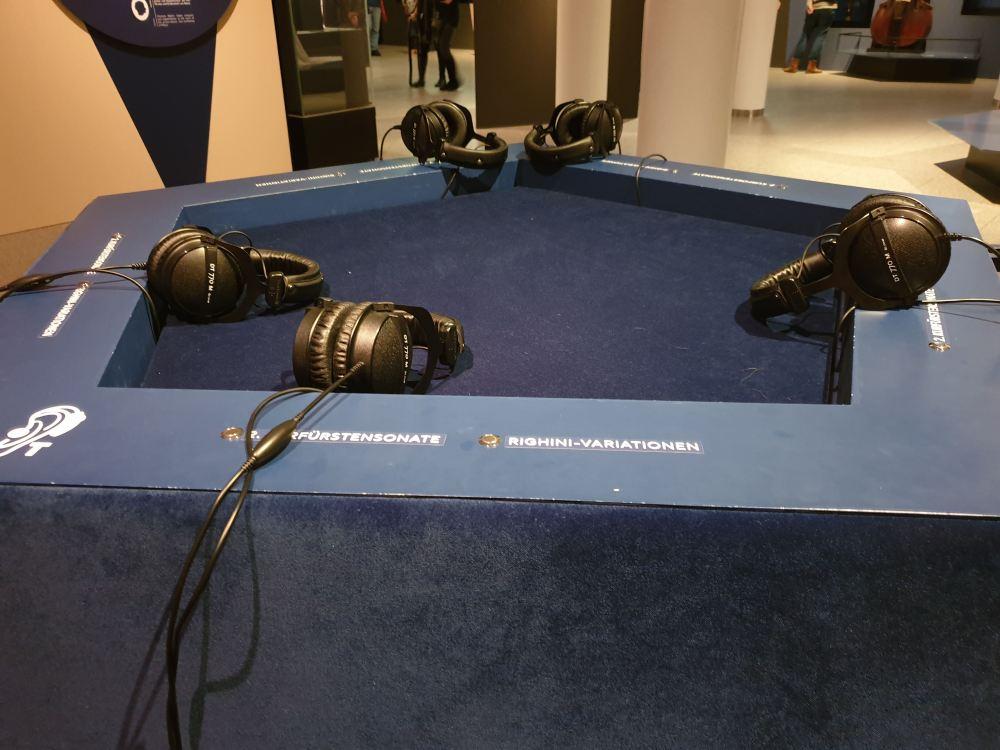Hörstationen zeigen Ausschnitte der Musik Beethovens.