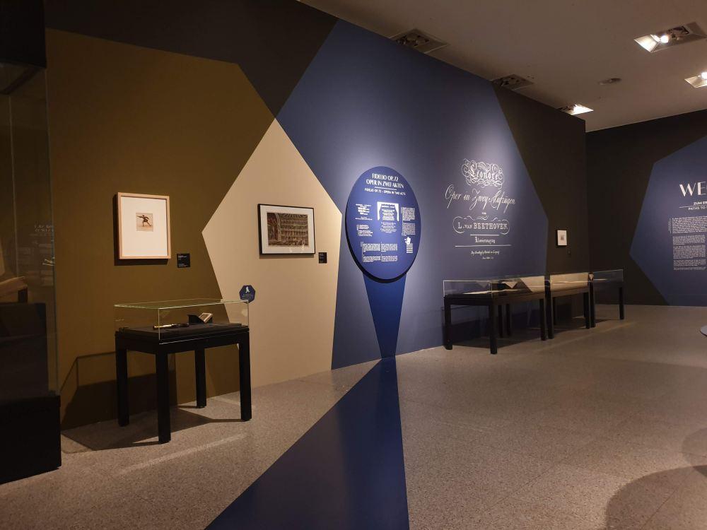 Die Ausstellung beschäftigt sich mit einer Reihe Aspekten.
